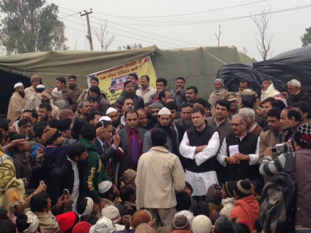 Sh._Rahul_Gandhi_interacting_with_the_riot_victims_in_Mallakpur_Relief_Camp_2